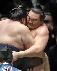 Kakuryu wakes up the winner after raising the Emperor's Cup in Nagoya